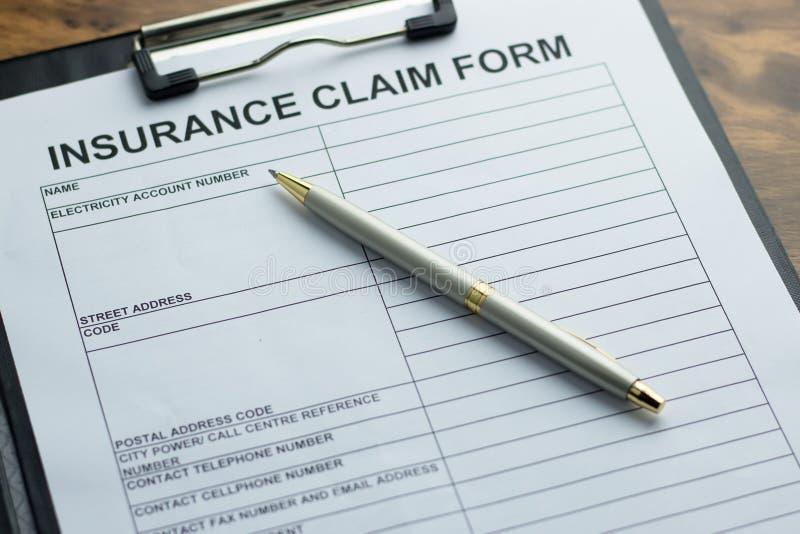 Forma de demanda de seguro y una pluma foto de archivo libre de regalías