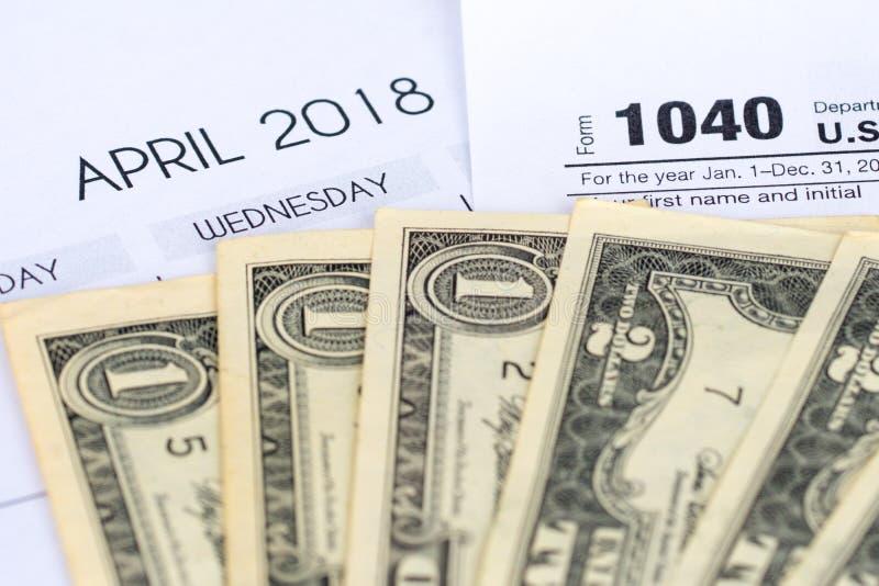 forma de impuesto 1040, abril de 2018 calendario, dólares imagen de archivo libre de regalías