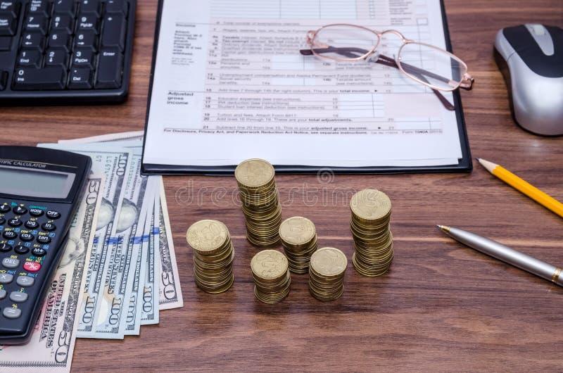 forma de impuesto 1040A con el dinero, calculadora foto de archivo