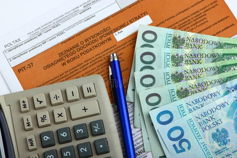 Forma de impuesto con la calculadora, el dinero y la pluma imagenes de archivo