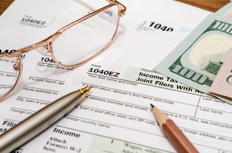 forma de impuesto 1040EZ por el año 2016 con la pluma y los vidrios imágenes de archivo libres de regalías