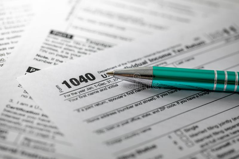 forma de impuesto 1040 y pluma fotografía de archivo