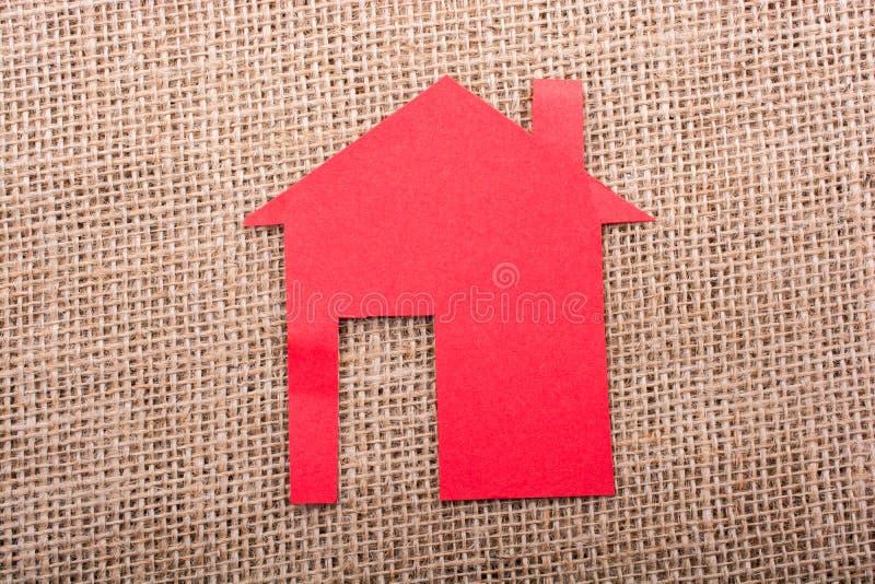 Forma de la casa cortada del papel fotos de archivo