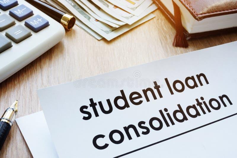 Forma de la consolidación del préstamo del estudiante en un escritorio imágenes de archivo libres de regalías