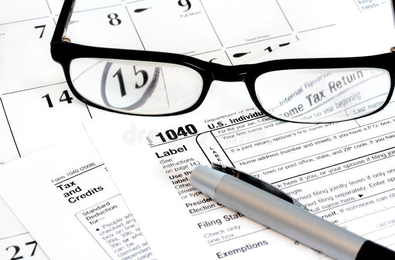 Forma de la declaración sobre la renta, calendario, vidrios imagenes de archivo