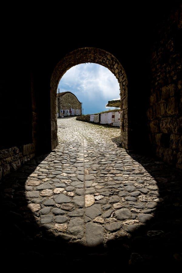 Forma de la entrada, castillo de Berat, Albania foto de archivo