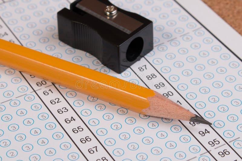 Forma de la prueba u hoja de respuesta estándar Foco de la hoja de respuesta en el lápiz fotos de archivo