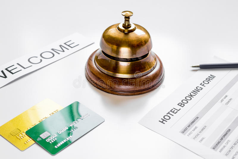 Forma de la reserva en fondo del mostrador de recepción del hotel fotografía de archivo libre de regalías