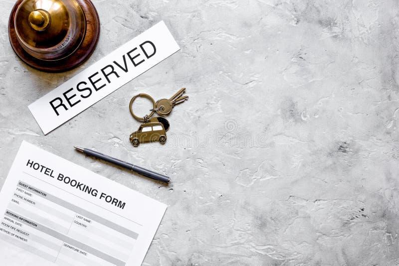Forma de la reserva en mofa de la opinión superior del fondo del mostrador de recepción del hotel para arriba fotografía de archivo libre de regalías