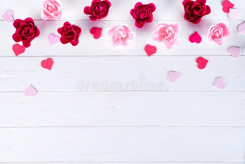 Forma de Rosa do sabão e de corações vermelhos no fundo branco de madeira para o texto para o dia de Valentim imagem de stock