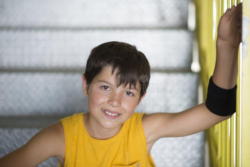 Forma de vida adolescente joven vestida casual del retrato del patinador al aire libre fotografía de archivo