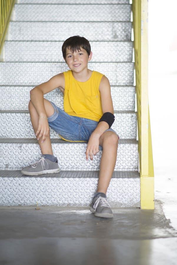 Forma de vida adolescente joven vestida casual del retrato del patinador al aire libre fotos de archivo libres de regalías