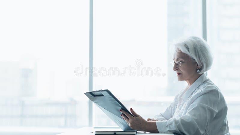 Forma de vida corporativa acertada de la mujer de negocios fotografía de archivo