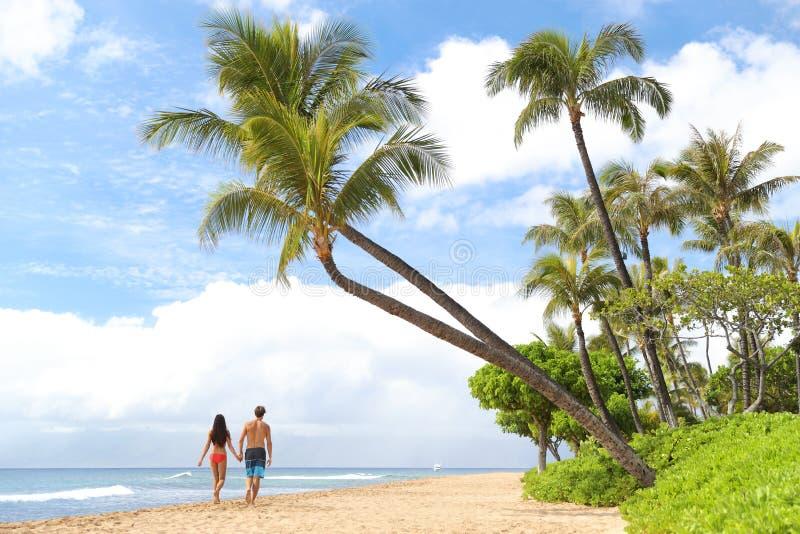 Forma de vida de la gente de los pares de las vacaciones de la playa de Hawaii imagenes de archivo