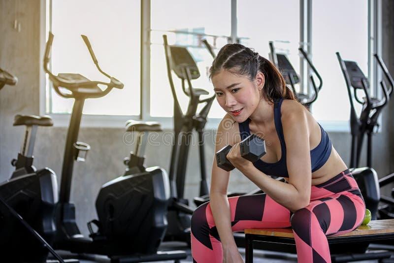 forma de vida del entrenamiento del deporte de la aptitud del concepto Pesas de gimnasia de elevaci?n de la muchacha Mujer atl?ti imagen de archivo