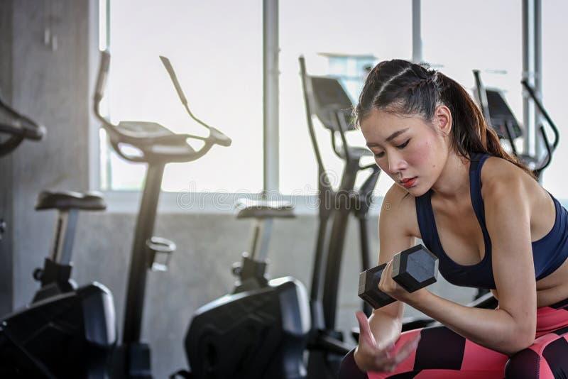forma de vida del entrenamiento del deporte de la aptitud del concepto pesas de gimnasia a mano Mujer atl?tica del deporte activo foto de archivo libre de regalías