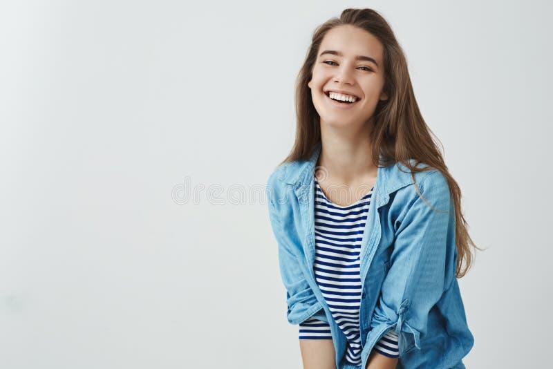 Forma de vida feliz, concepto del bienestar Mujer atractiva sonriente despreocupada encantadora que ríe hacia fuera optimista af fotografía de archivo libre de regalías