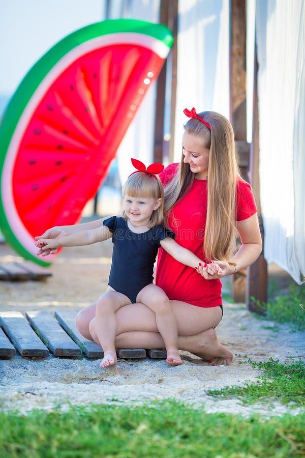 Forma de vida feliz de la familia Relajante y disfrutando de vida Colores brillantes Madre joven con viaje lindo del verano de la imágenes de archivo libres de regalías