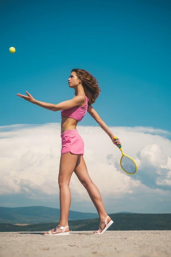 Forma de vida de la aptitud Deporte preferido Resultado del entrenamiento Entrenamiento diario del comienzo Mujer activa delgada  imagen de archivo