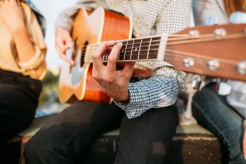 Forma de vida de la inspiración de la guitarra del juego del arte del músico fotos de archivo libres de regalías