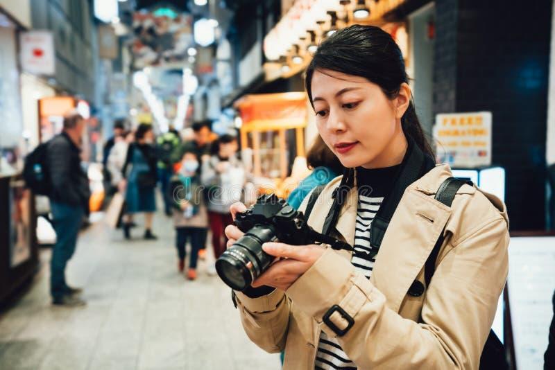 Forma de vida local japonesa de la grabación del hombre de la lente imágenes de archivo libres de regalías