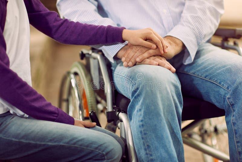 Forma de vida mayor - cuidado que ayuda al discapacitado foto de archivo