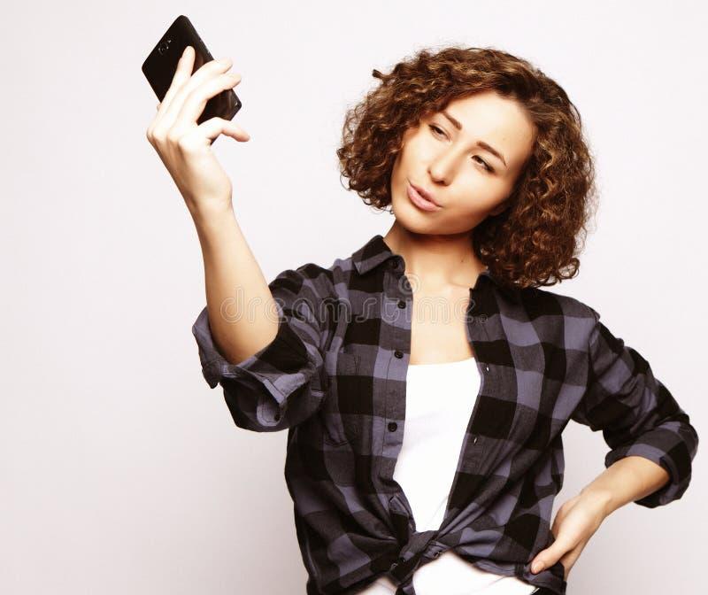 Forma de vida, moda y concepto de la gente: muchacha hermosa que toma el sel imagen de archivo