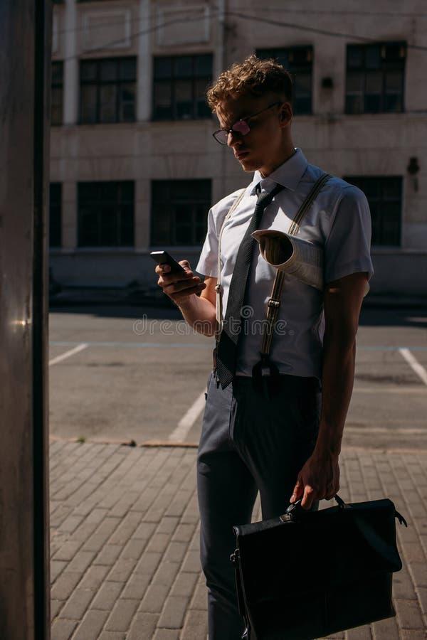Forma de vida ocupada del teléfono del hombre de contactos comerciales que habla foto de archivo
