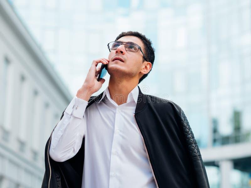 Forma de vida ocupada del teléfono del hombre de contactos comerciales que habla imagen de archivo libre de regalías