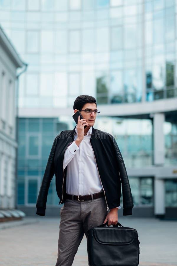 Forma de vida ocupada del teléfono del hombre de contactos comerciales que habla imágenes de archivo libres de regalías