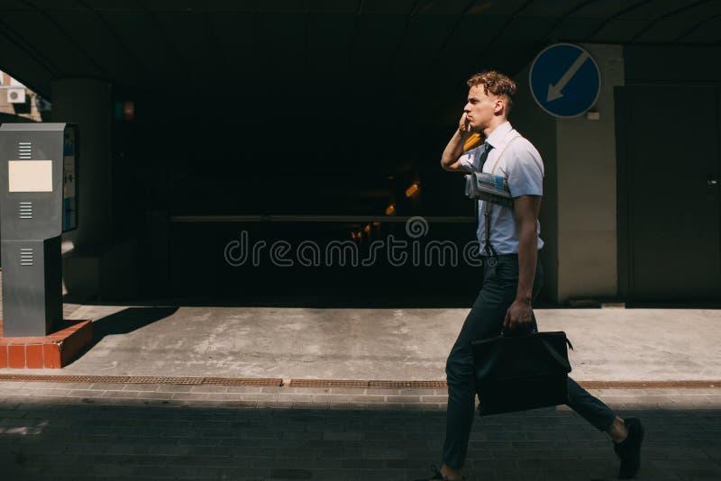 Forma de vida ocupada del teléfono del hombre de la comunicación empresarial fotos de archivo
