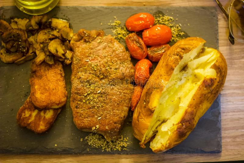 Forma de vida ocupada, filete, Halloumi, tomate de ciruelo, y setas cocinadas en Olive Oil orgánica imágenes de archivo libres de regalías