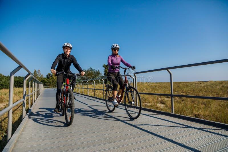 Forma de vida sana - bicicletas que montan de la gente fotografía de archivo libre de regalías