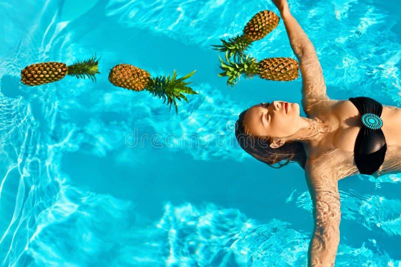 Forma de vida sana, comida Mujer joven en piscina Frutas, vitaminas imagen de archivo