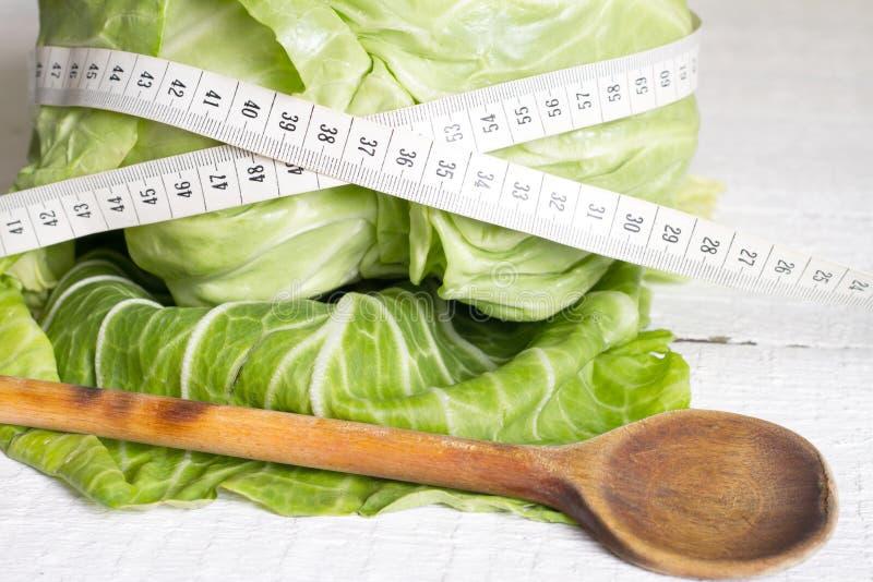 Forma de vida sana del concepto de la dieta de la col con centímetro imagen de archivo