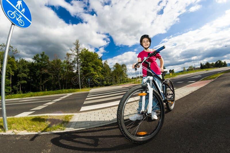 Forma de vida sana - el biking de la muchacha imagen de archivo libre de regalías