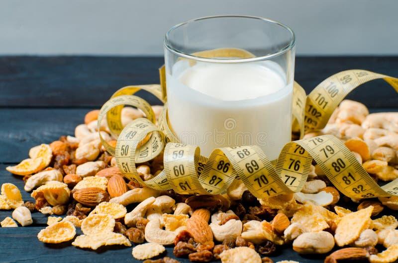 Forma de vida sana En un vidrio transparente hay leche, en un wo fotografía de archivo libre de regalías