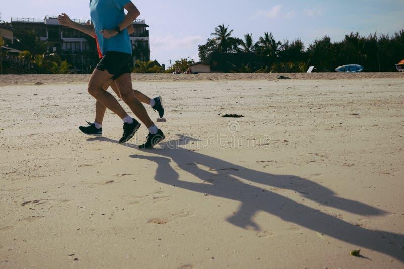Forma de vida sana Mañana de la playa del funcionamiento de dos corredores imagen de archivo libre de regalías
