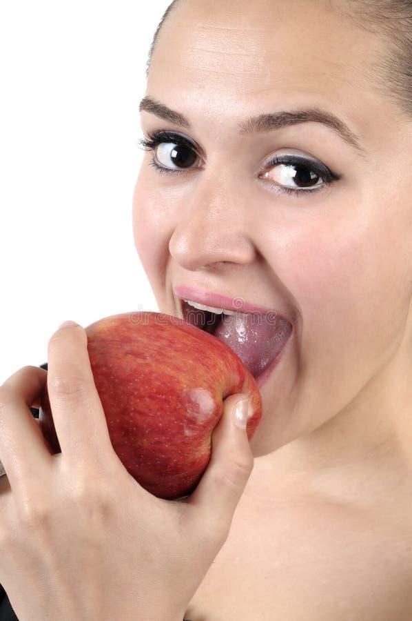 Forma de vida sana - mujer feliz que come una manzana imagenes de archivo