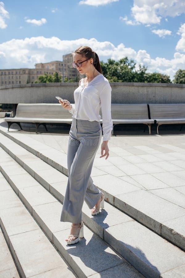 Forma de vida urbana acertada de la moda de la mujer de negocios fotos de archivo libres de regalías