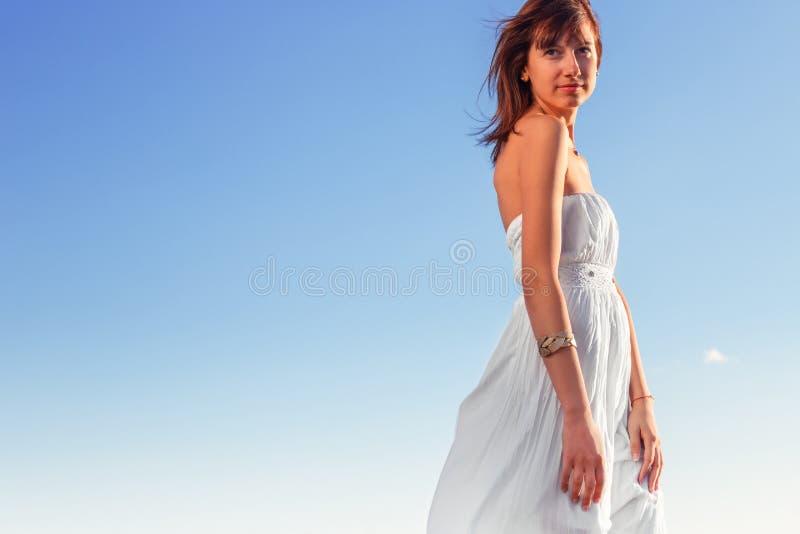 Forma de vida y concepto de la libertad Mujer feliz hermosa que goza del su fotos de archivo