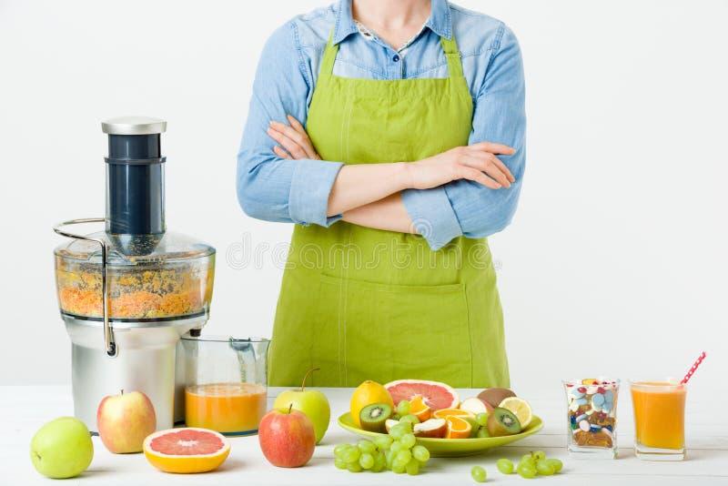 Forma de vida y concepto sanos de la dieta Zumo de fruta, píldoras y suplementos de la vitamina, mujer que toma una decisión foto de archivo