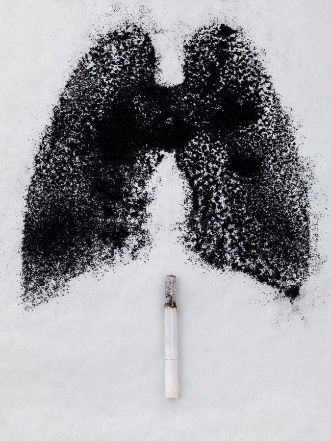 Forma dei polmoni con la polvere e la sigaretta del carbone su backg bianco fotografia stock libera da diritti