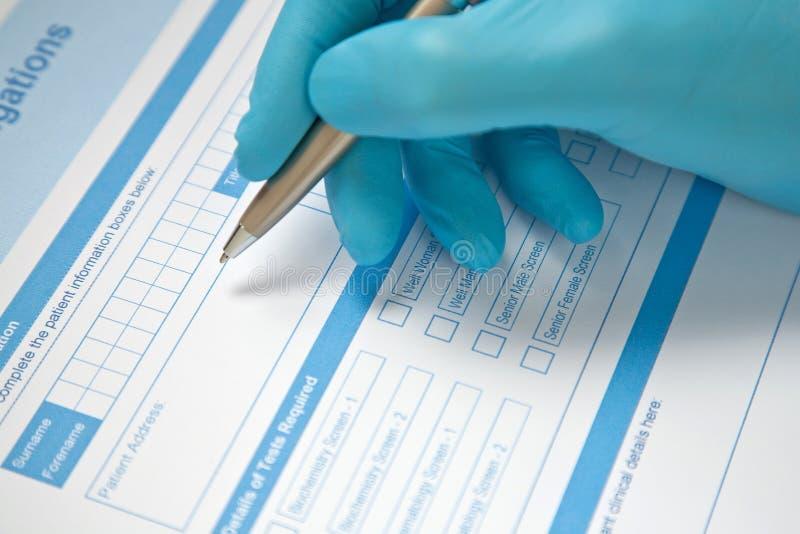 Forma del análisis de sangre del doctor Completing fotografía de archivo