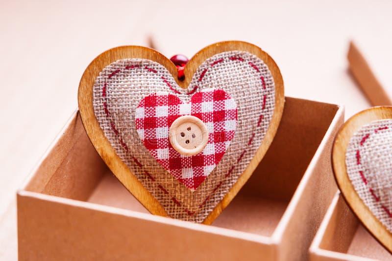 Forma del contenitore e del cuore di regalo fotografia stock