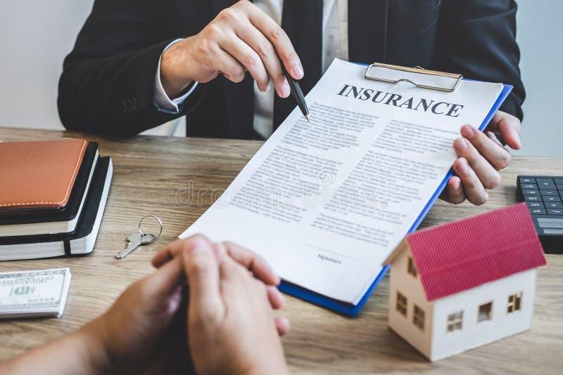 Forma del contratto di portata del mediatore dell'agente immobiliare al bene immobile di firma del contratto di accordo del clien fotografia stock