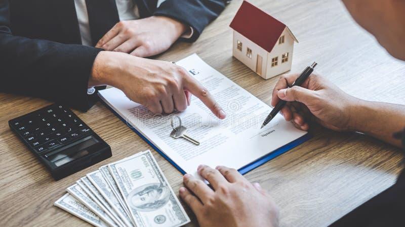 Forma del contratto di portata del mediatore dell'agente immobiliare al bene immobile di firma del contratto di accordo del clien immagini stock libere da diritti