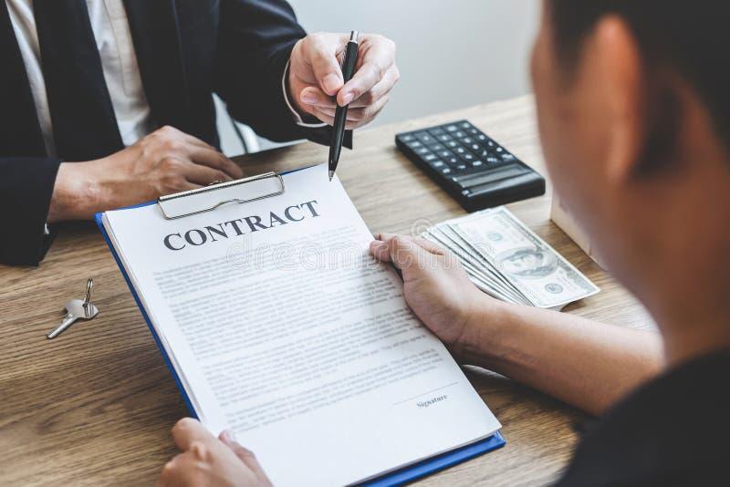 Forma del contratto di portata del mediatore dell'agente immobiliare al bene immobile di firma del contratto di accordo del clien fotografie stock