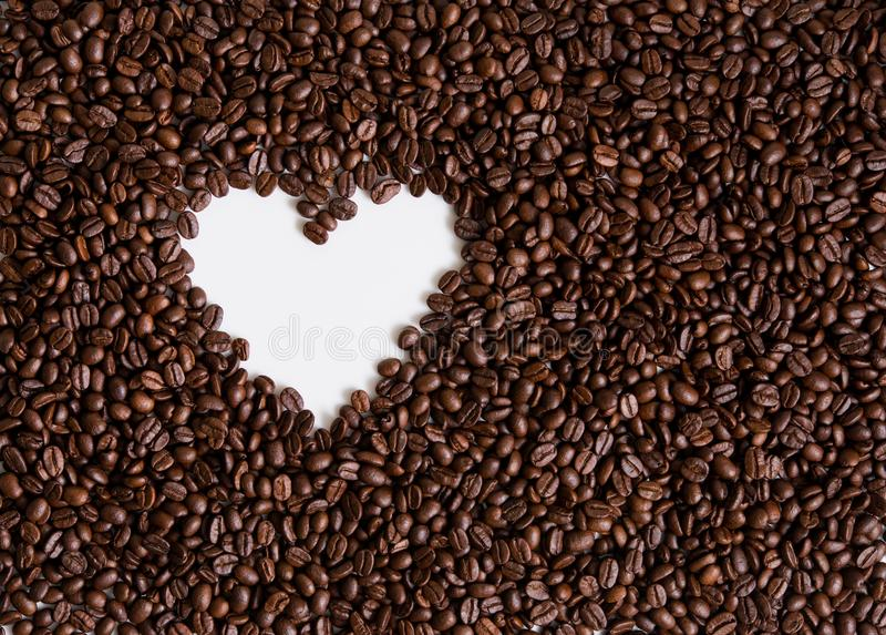 Forma del corazón de los granos de café imagenes de archivo