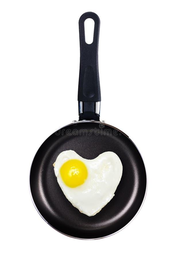 Forma Del Corazón Del Huevo Frito En Una Cacerola Foto de archivo libre de regalías